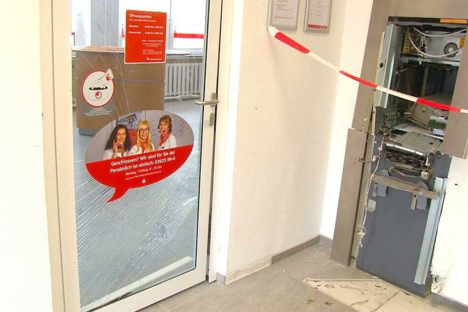 Die Wucht der Explosion hat nicht nur den Bankautomaten schwer beschädigt. Auch das Gebäude, Wände und Türen, wurden in Mitleidenschaft gezogen.