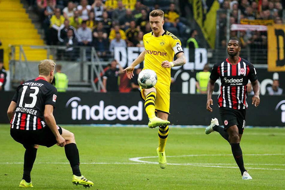 Ballkünstler: BVB-Kapitän Marco Reus zaubert, während Frankfurts Martin Hinteregger (l.) und Almamy Toure (r.) in dieser Situation nur zuschauen können.