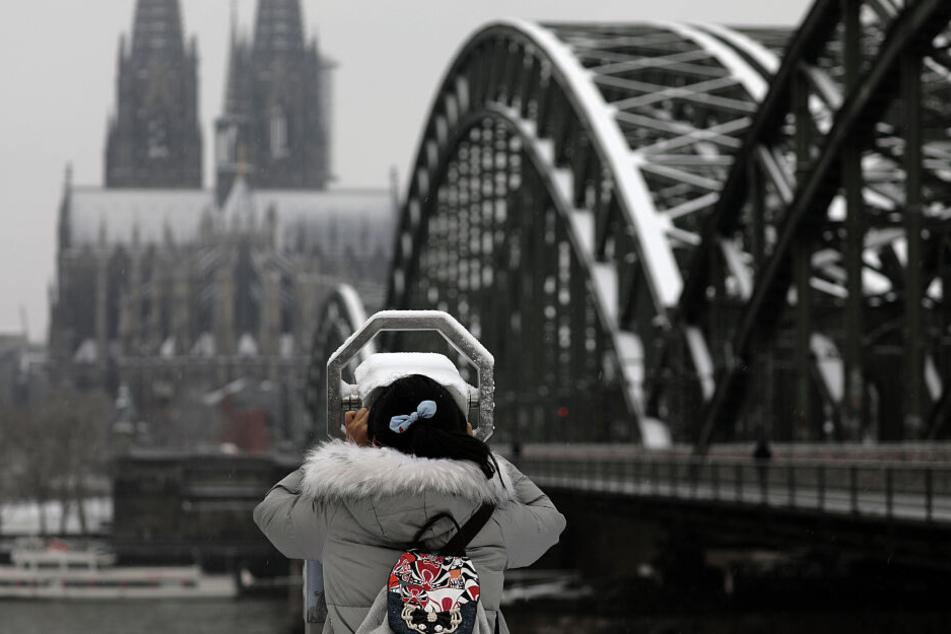 Auch in Köln fällt der Schnee und bleibt teilweise liegen.