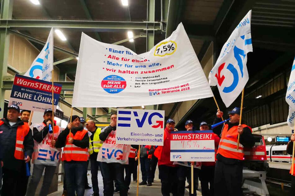 Am Stuttgarter Hauptbahnhof streikt die Eisenbahn- und Verkehrsgewerkschaft am frühen Montagmorgen.