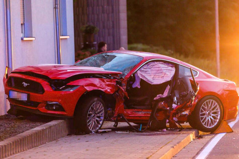 Nach dem Zusammenstoß prallte der Ford gegen eine Hauswand.