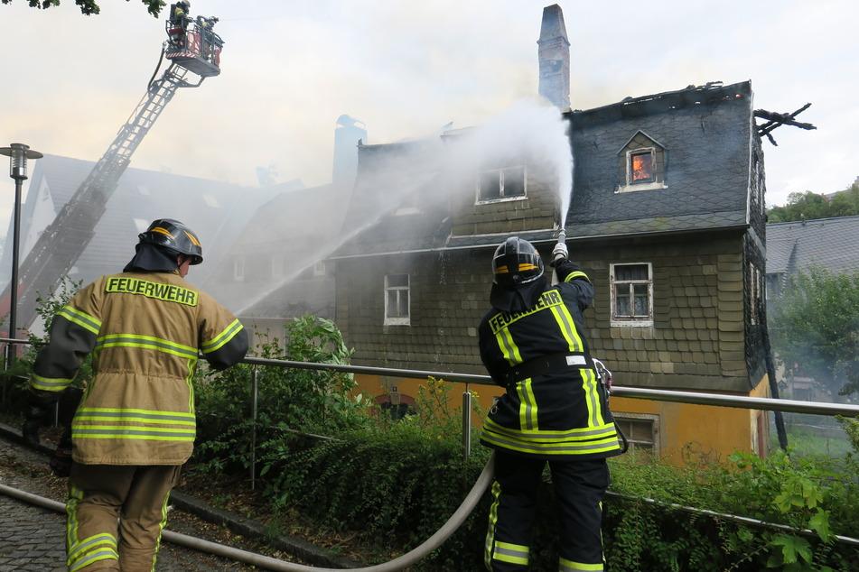 Die Feuerwehrleute bekämpften die Flammen.