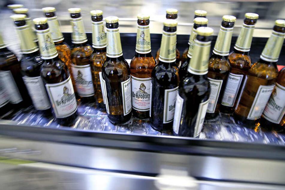 Zum Wohl! Bierflaschen, wie hier in der Krostitzer Brauerei, rattern in Sachsen zuhauf vom Band.
