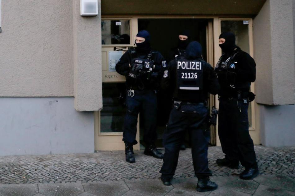 SEK Beamte stehen vor einem Haus in Kreuzberg bei einem Einsatz nach einem Überfall auf einen Geldtransporter im Oktober.