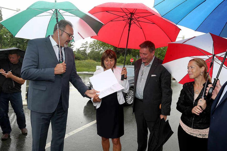 Staatssekretär Stefan Brangs überreicht den offiziellen Fördermittelbescheid  über 1,8 Millionen Euro an Zwickaus Oberbürgermeisterin Pia Findeiß (SPD).