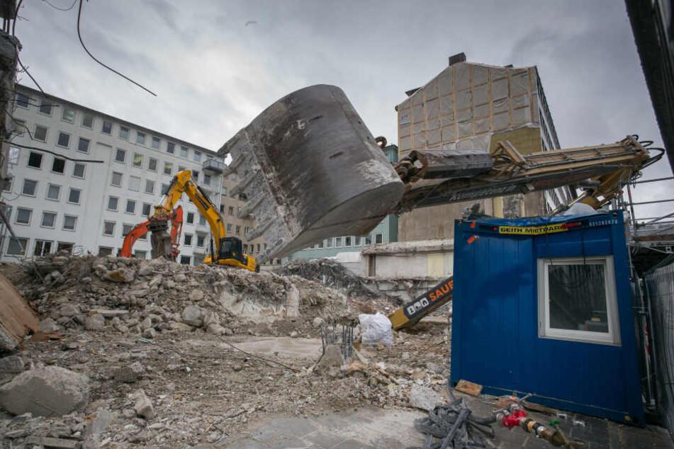 In München ist ein Bagger in eine Grube gestürzt.