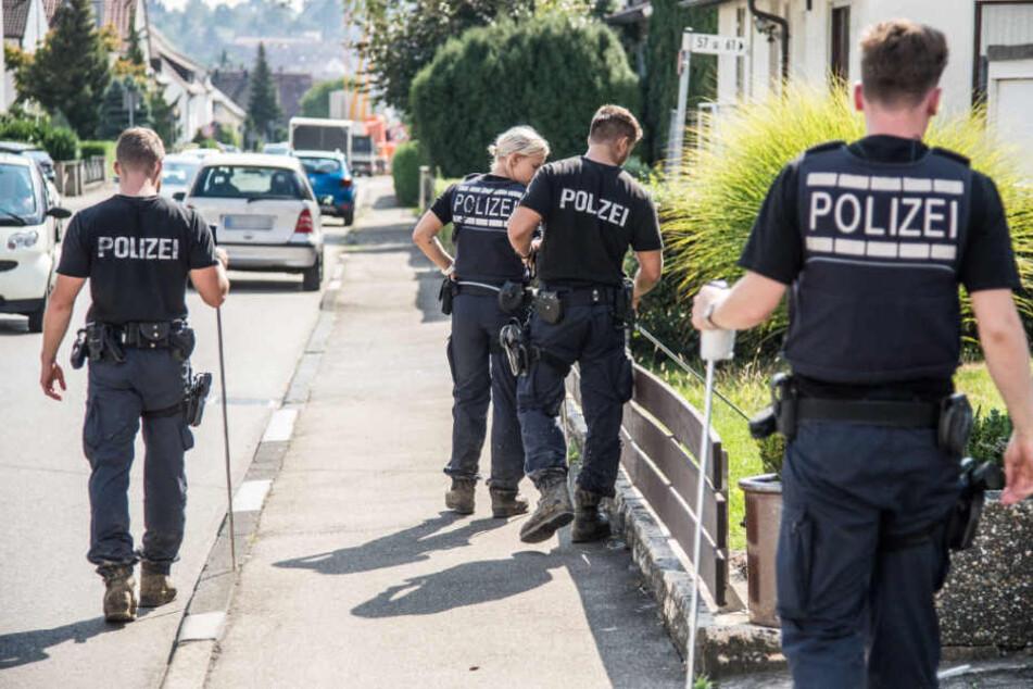 Beamte suchen am Mittwoch in Neuhausen nach Spuren.