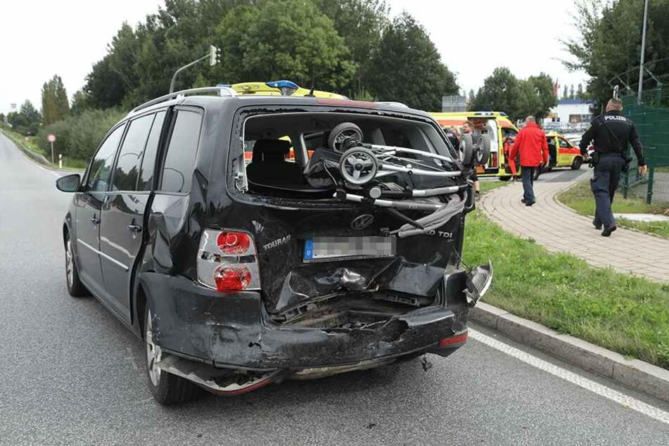 Drei Kinder saßen in diesem VW Touran. Alle kamen zusammen mit der Fahrerin ins Krankenhaus.