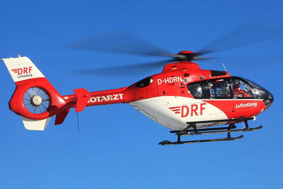Die drei Schwerverletzten wurden mit einem Rettungshubschrauber in ein Krankenhaus geflogen. (Symbolbild)