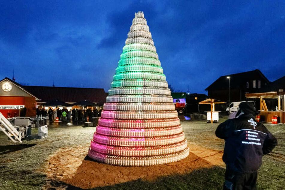 Ein Tannenbaum aus 5038 leeren Kornflaschen steht auf dem Festplatz Bendorf.
