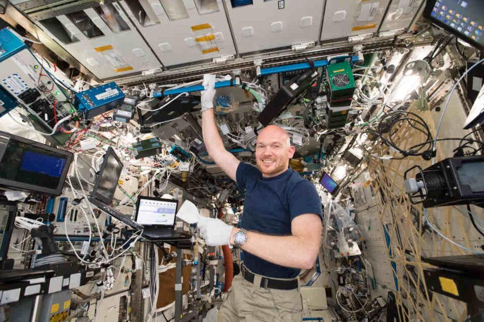 Alexander Gerst beim wöchentlichen Putzen der ISS.