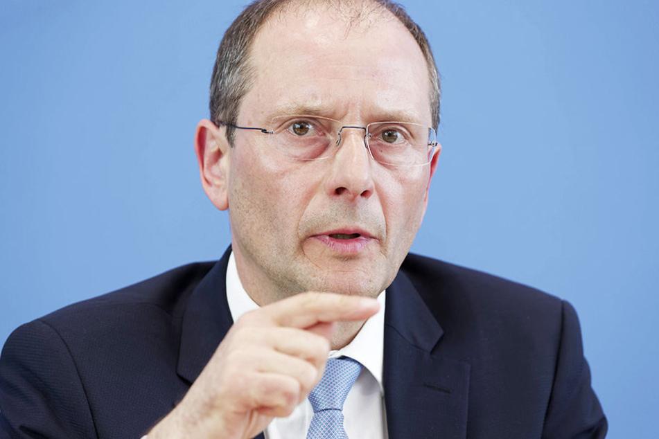Innenminister Markus Ulbig (53) will Sachsens Polizisten besser schützen.