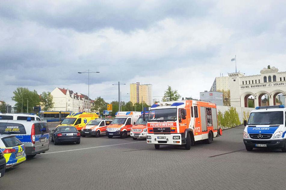 Mit einem Großaufgebot von Einsatzkräften waren die Polizei und der Rettungsdienst  kurze Zeit nach dem Unfall vor Ort. Dem Mann konnte dennoch nicht mehr geholfen werden.