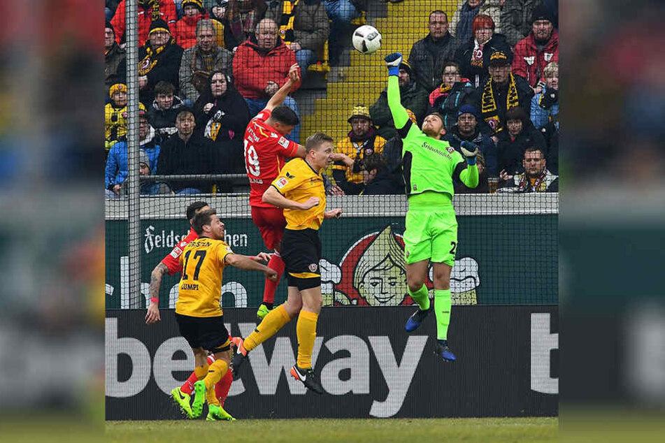 Marvin Schwäbe macht sich ganz lang, um diesen Ball zu klären. Aber auch mit dem Fuß hat Dynamos Keeper seine Stärken.