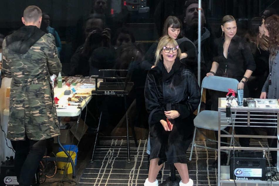 Langsam aber sicher nimmt die Verkleidung von Heidi Klum Gestalt an.