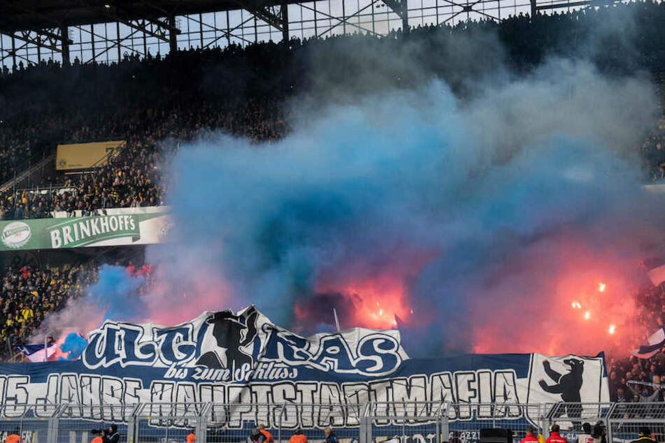 Blaue Rauchschwaden aus dem Hertha-Block wabern durch den Dortmunder Signal Iduna Park.