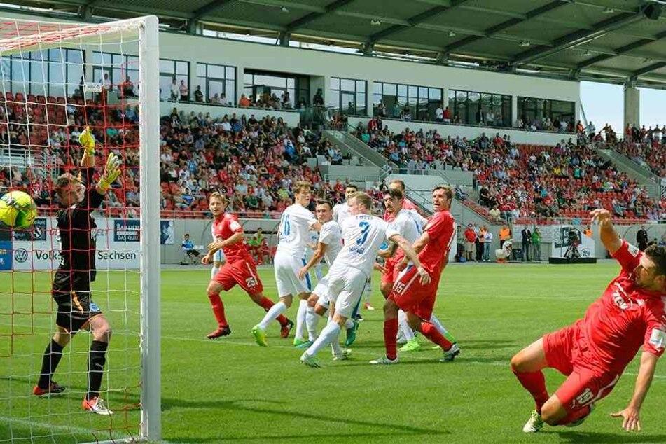 Ronny König (2.v.r.) erzielt gegen Lotte das Tor zum 1:1 - eins von bisher nur zwei Treffern des FSV.