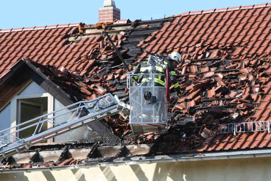 Eine Dachhälfte ist größtenteils zerstört.