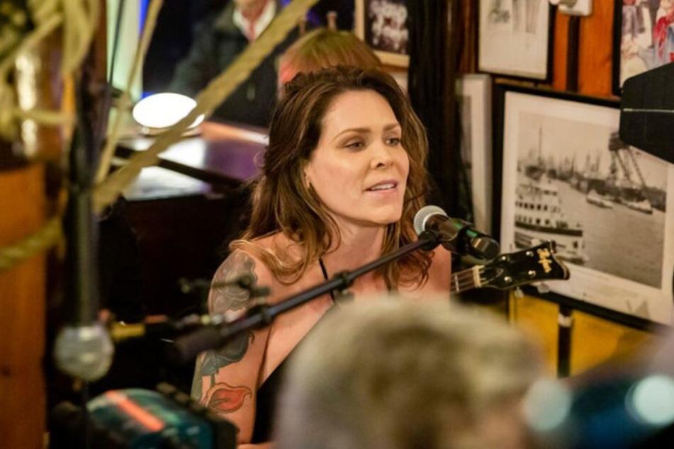 Sängerin Beth Hart sorgt für musikalische Unterhaltung.