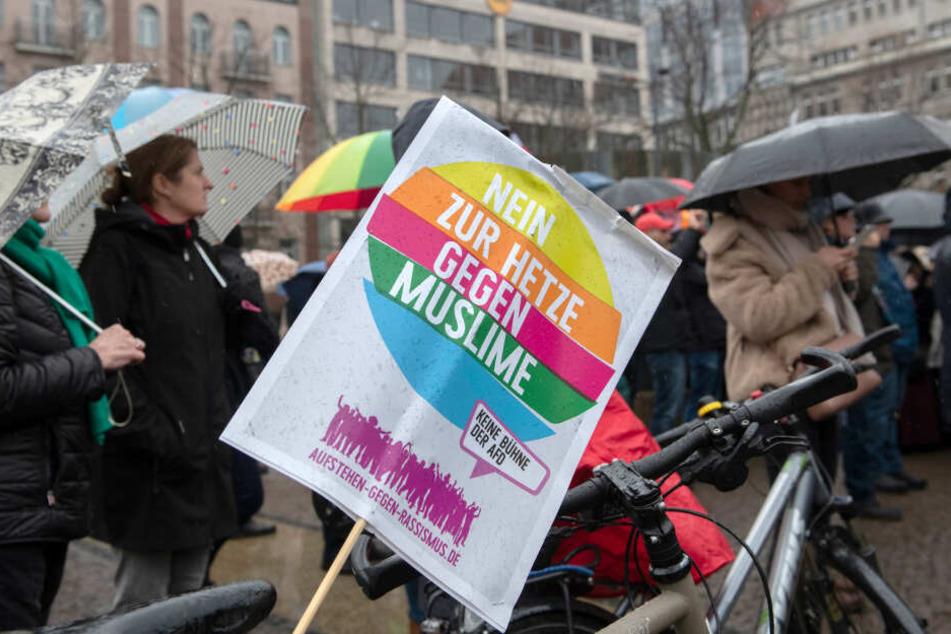 Rund 2500 Menschen zogen am Samstag gegen Rassismus durch Berlin.