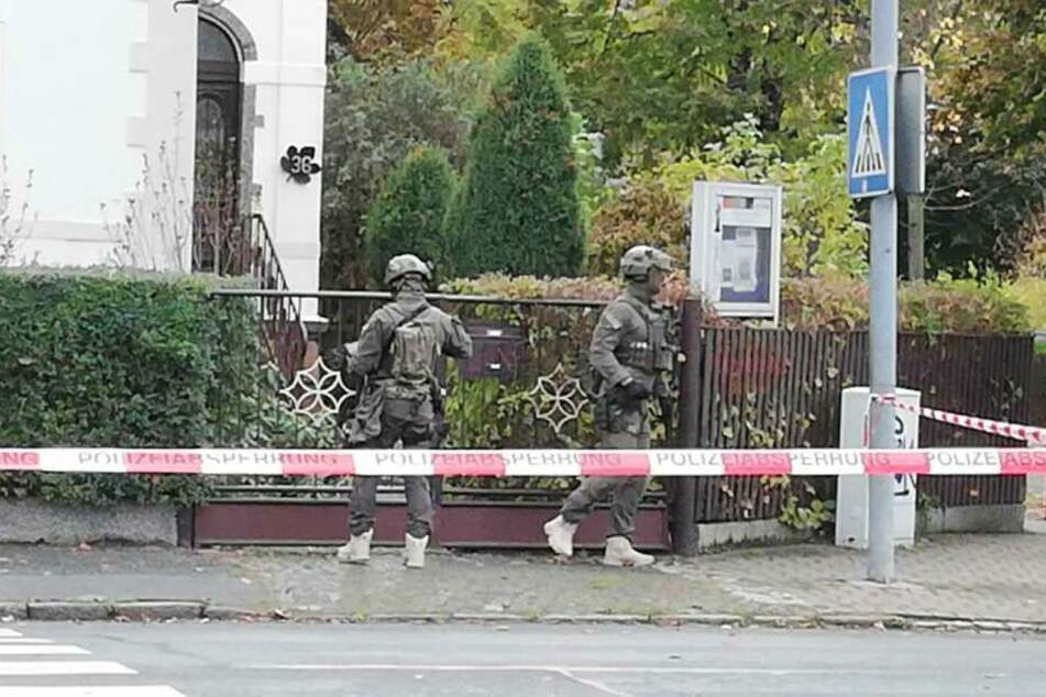 Ein Spezialeinsatzkommando stürmte die Wohnung und nahm den psychisch kranken Mann fest.