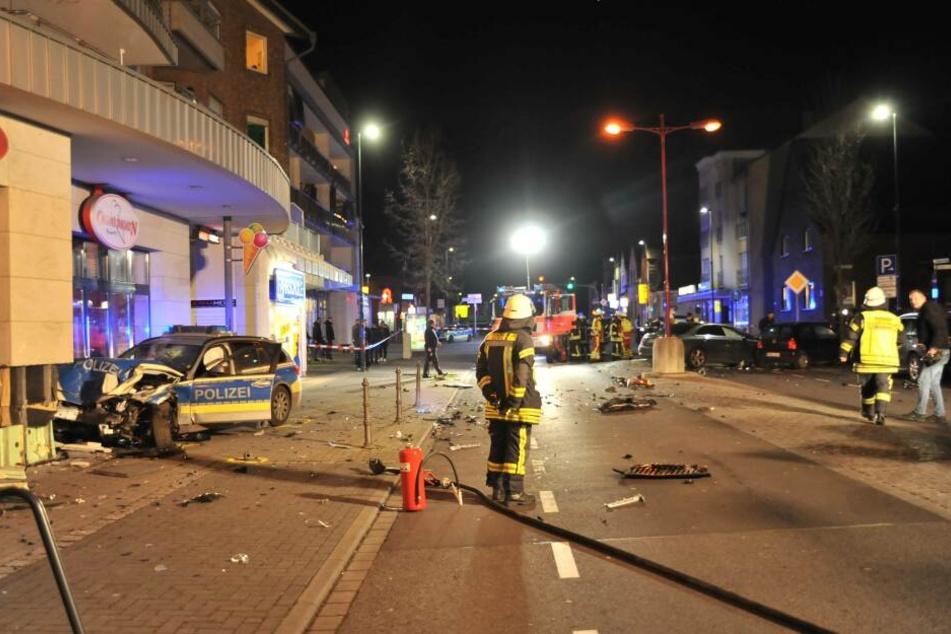 Den Rettern bot sich ein Trümmerfeld auf der Kerpener Straße.