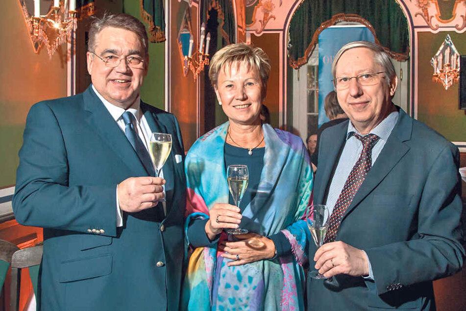 Gastronom Uwe Wiese (64, v.l.), Sonnenstrahl-Schirmherrin Helma Orosz (64) und Professor Meinolf Suttorp (65) stoßen auf eine erfolgreiche Party an.