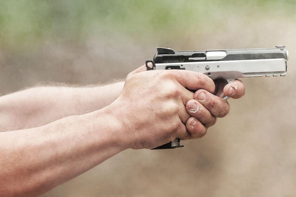 Polizisten gehen aufeinander los: Schüsse fallen!