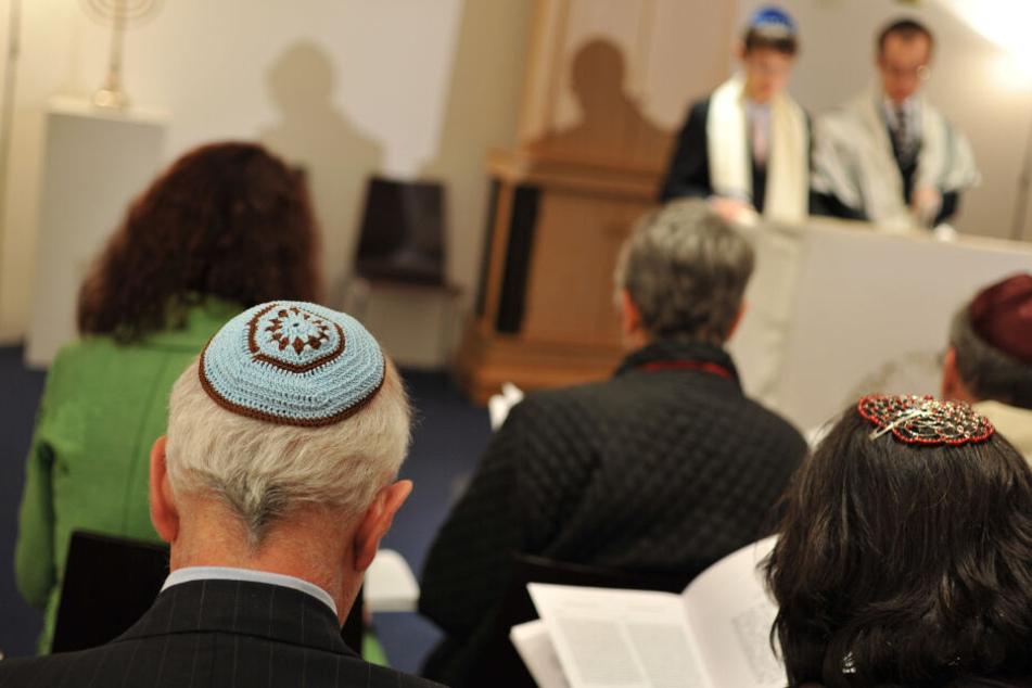 Ein Rabbiner von der jüdischen Gemeinde Beth Shalom probt in der Synagoge den Bar-Mitzwa-Gottesdienst.