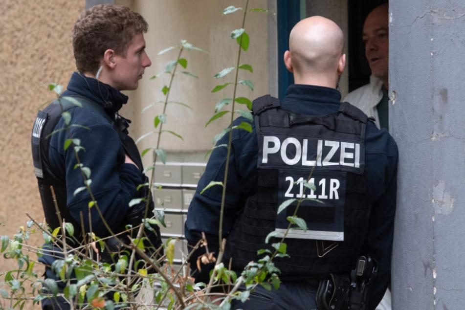 Die Polizei sucht derzeit nach Zeugen der Bluttat. (Symbolbild)