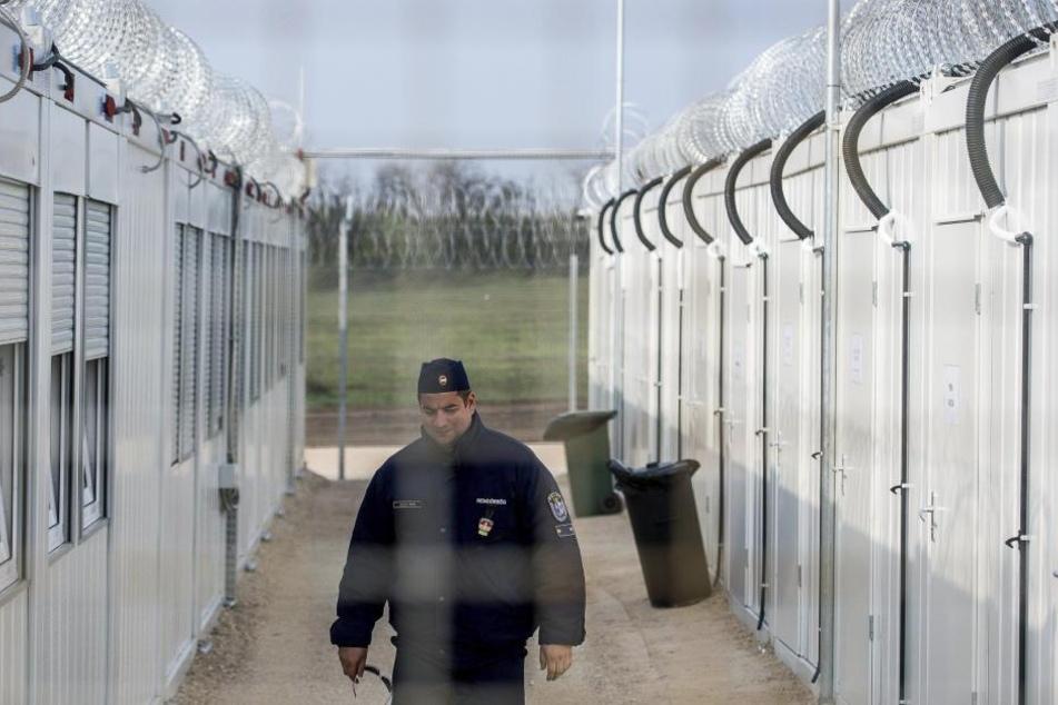 Ein ungarischer Polizist patrouilliert im April in Tampa (Ungarn) durch das neue Internierungslager für Asylsuchende an der Grenze zu Serbien.