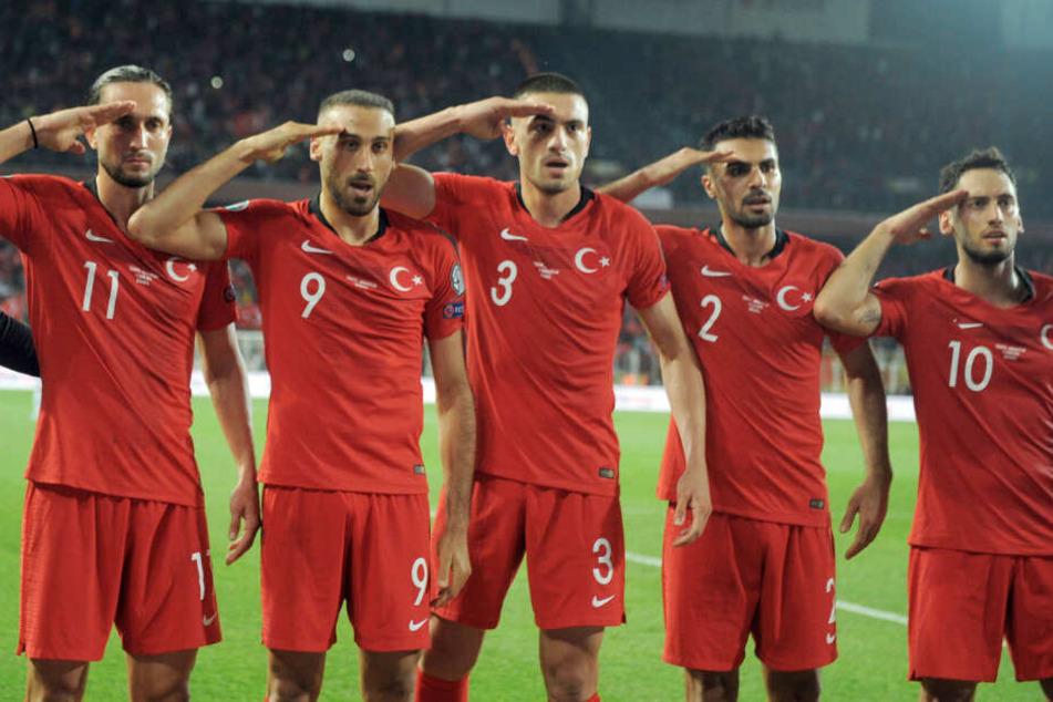 Cenk Tosun (zw. v. l.) feierte sein Tor im Länderspiel gegen Albanien mit dem Salut-Jubel.
