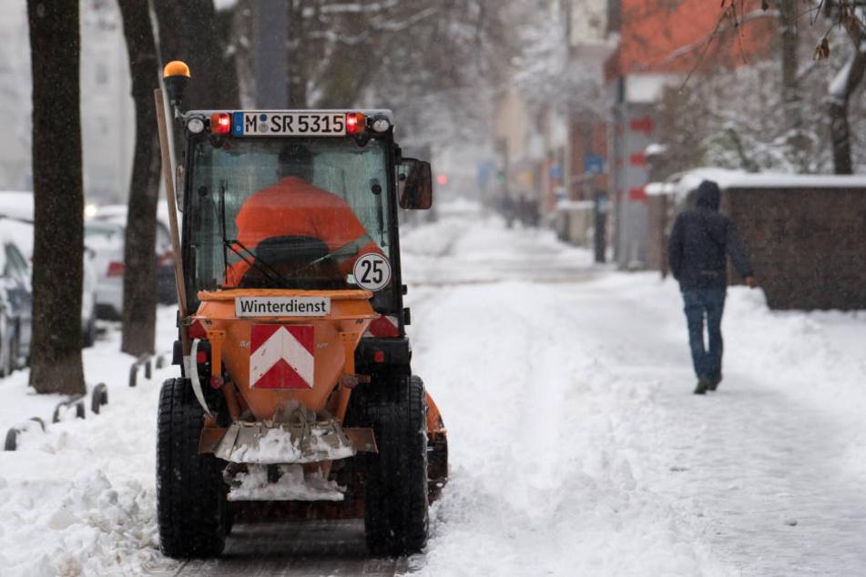 Der Wetterdienst kommt mit dem Räumen in München kaum hinterher.