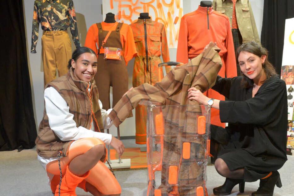 Model Leandra (19, l.) und Designstudentin Miriam Goerdt (24) holen einen Mantel aus dem aufgepeppten Hackenporsche.