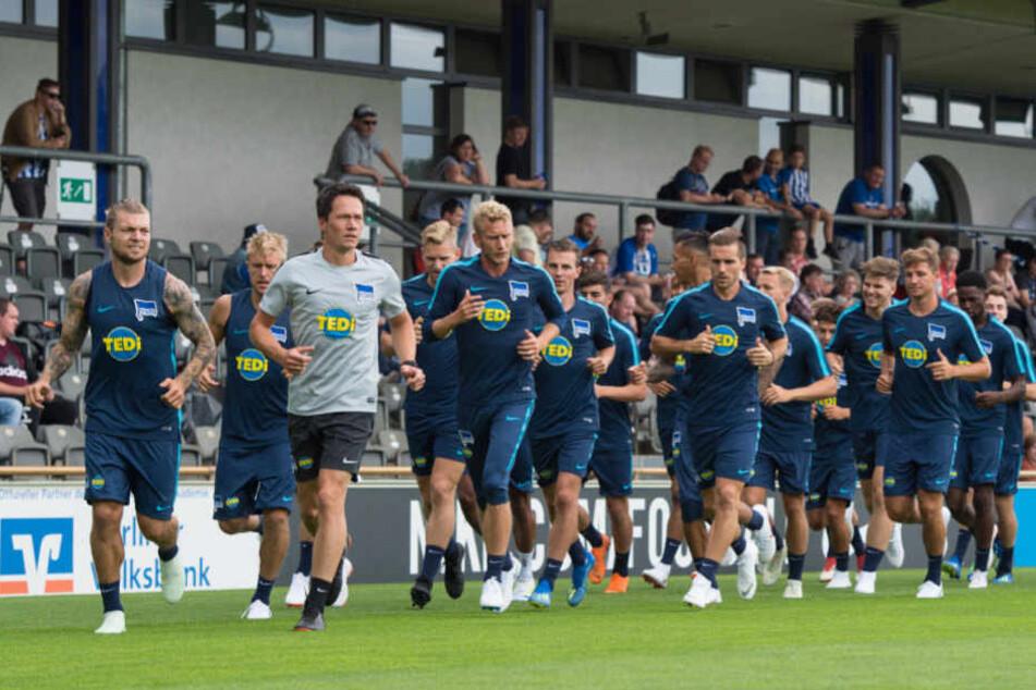 Die Hertha-Stars laufen sich beim Trainingsauftakt warm. Im ersten Test klappte es mit dem Toreschießen schon ganz gut.