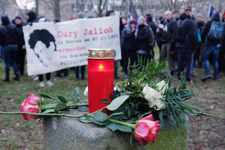 Gefesselt starb der Asylbewerber Oury Jalloh 2005 in einer Gefängniszelle den Feuertod. Jetzt sollen die Ermittlungen wieder aufgenommen werden.