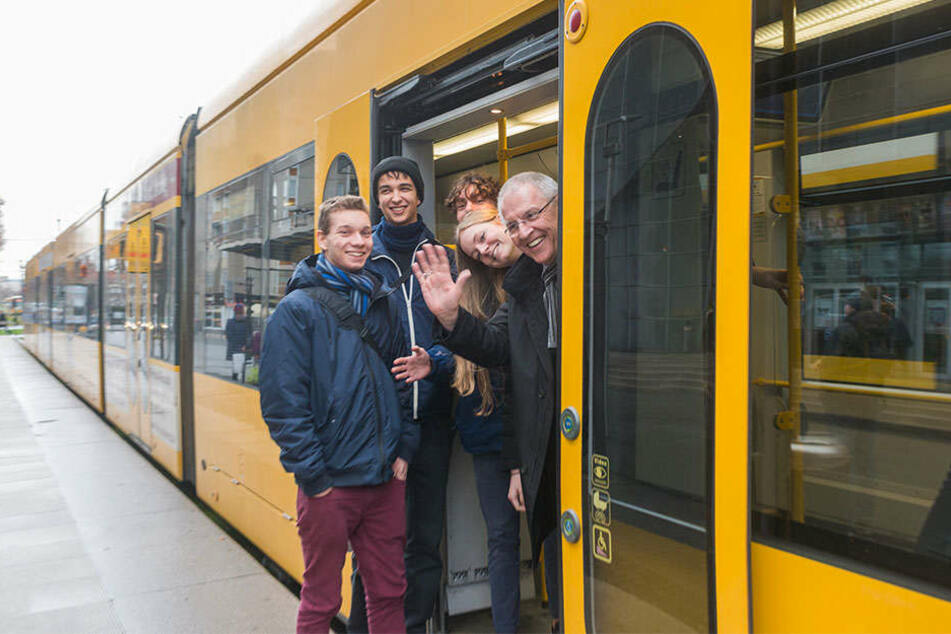 Göttliche Stadtrundfahrt: Thaddäus Walsch (17), Richard Luck (18), Lennard Tröndle (18) und Cosima Sagurna (18) zeigten Bischof Heinrich Timmerevers (64,v.l.n.r.) ihre Stadt.