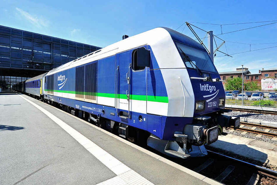 Die alten Reichsbahn-Wagen auf der Strecke nach Leipzig haben bald ausgedient.