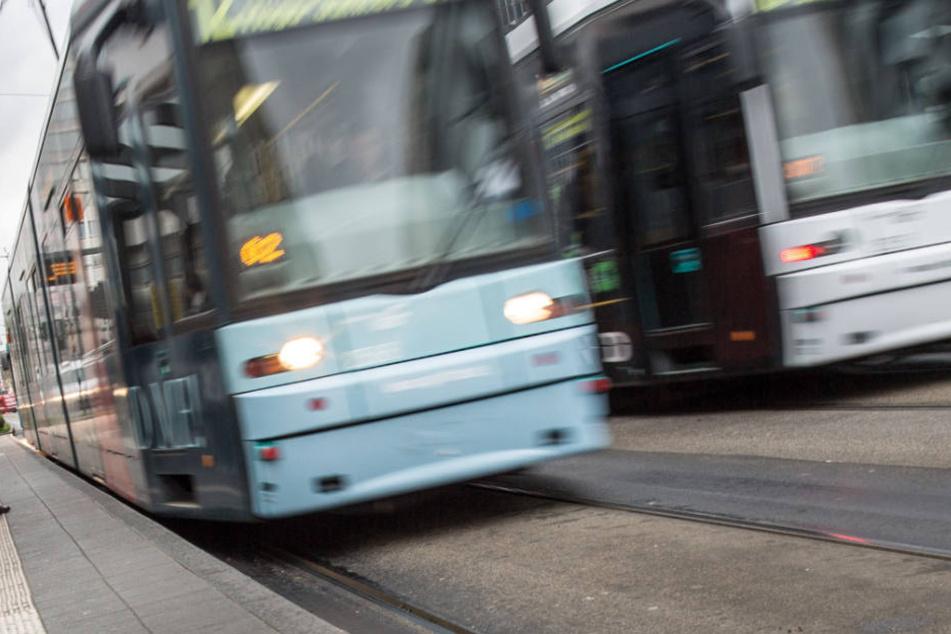 Schwere Verletzungen hat eine Frau bei einem Unfall in Mannheim erlitten. Eine Straßenbahn hatte sie erfasst. (Symbolfoto)