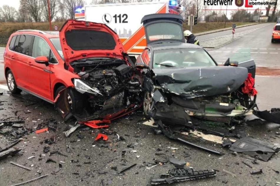 VW fährt über rote Ampel und kracht in Audi: Autofahrer und drei Kinder verletzt