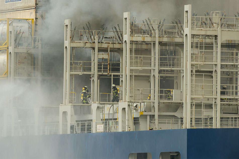 Ein Containerschiff der deutschen Reederei Hapag-Lloyd hat auf hoher See Feuer gefangen. (Symbolbild)