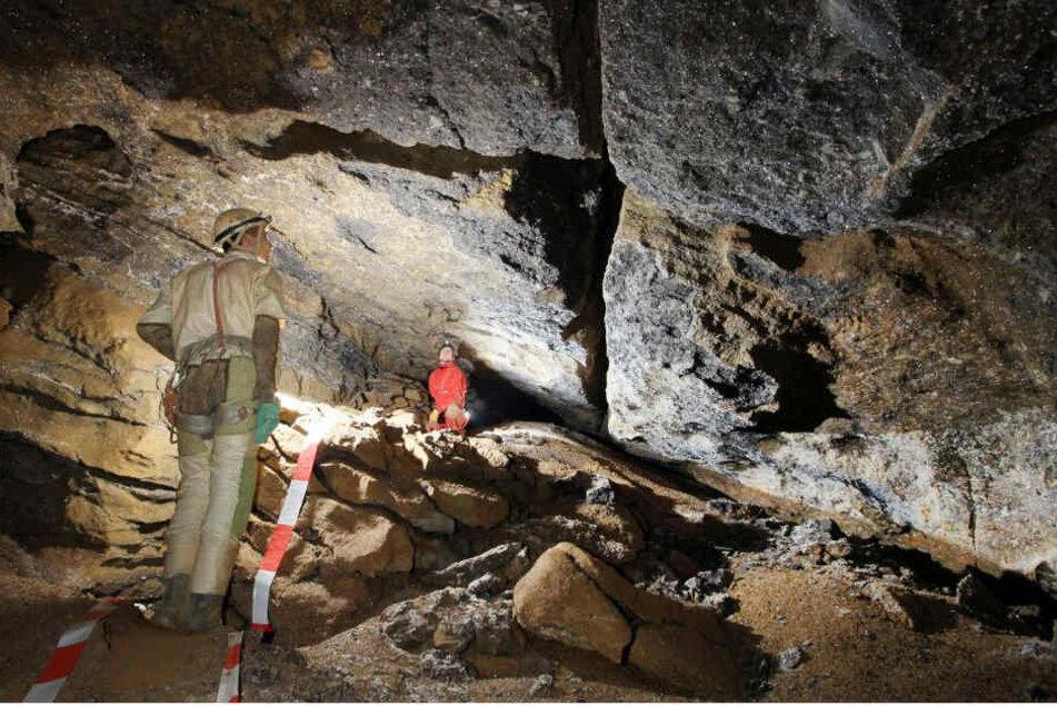 Forscher vermessen die Windloch-Höhle bei Engelskirchen.