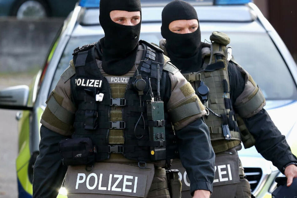 Beamte des Spezialeinsatzkommandos nahmen die mutmaßlichen Dealer fest. (Symbolbild)