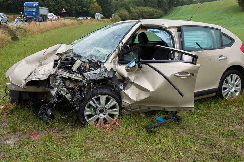 DerCitröen wurde bei dem Crash stark beschädigt.