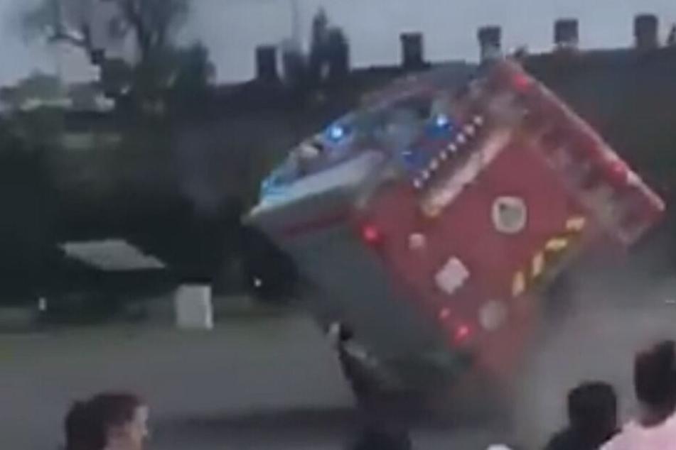 Die Feuerwehr im ungarischen Vác übertrieb es ein bisschen und kippte aus der Kurve.