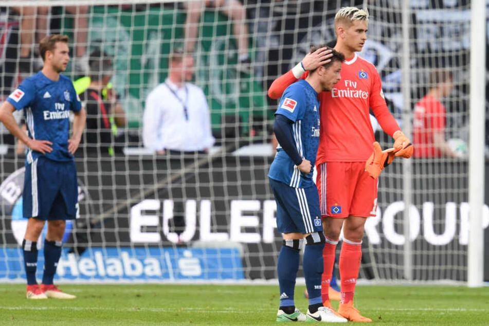 Nach der Niederlage gegen Frankfurt tröstet Keeper Julian Pollersbeck Nicolai Müller.
