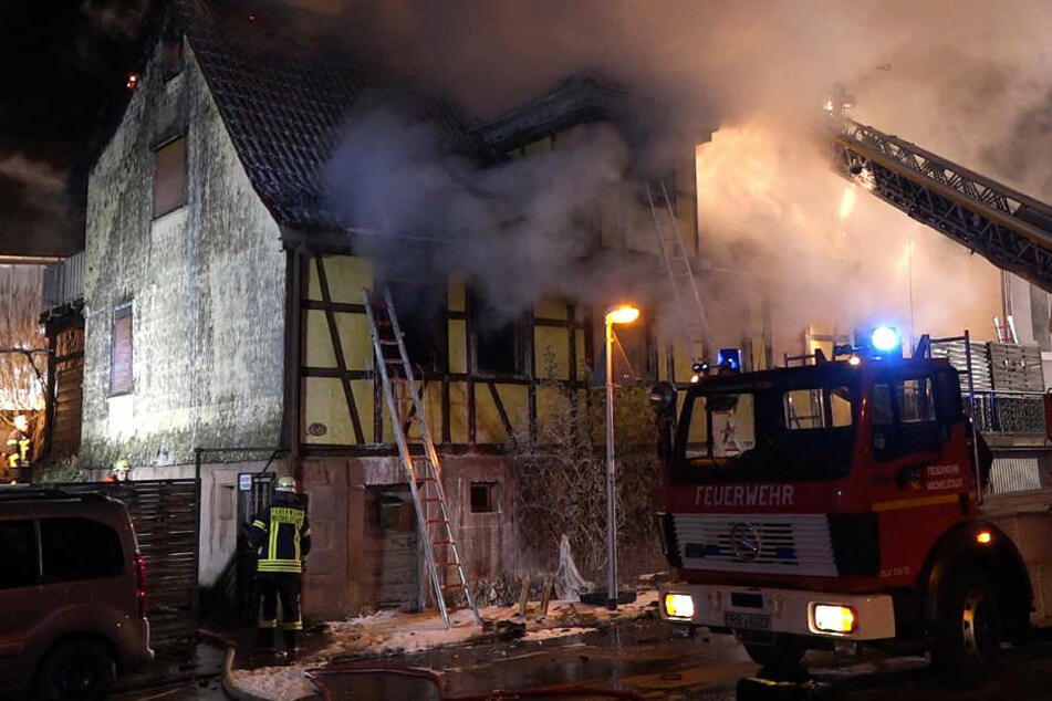 Das Foto zeigt das brennende Fachwerkhaus in Michelstadt.