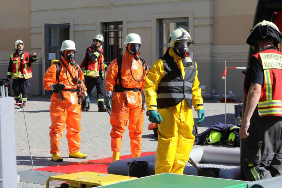 Die Feuerwehr geht mit Schutzanzügen in den Unterrichtsraum und neutralisiert die Säure.