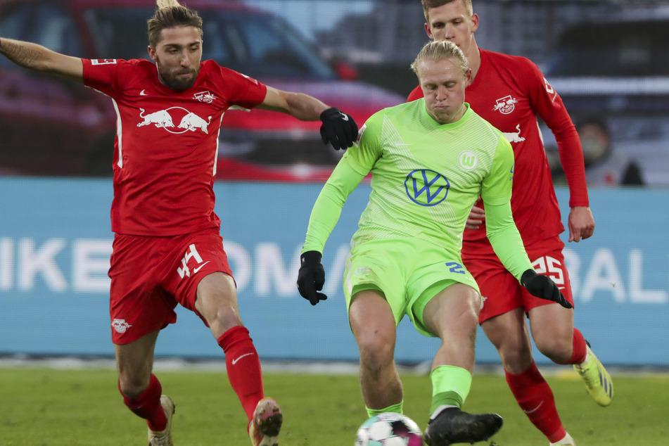 Wolfsburgs Xaver Schlager (23/m.) kontrolliert den Ball vor Leipzigs Kevin Kampl (30/l.). Ein Duell, dass es am Mittwoch wieder geben wird?