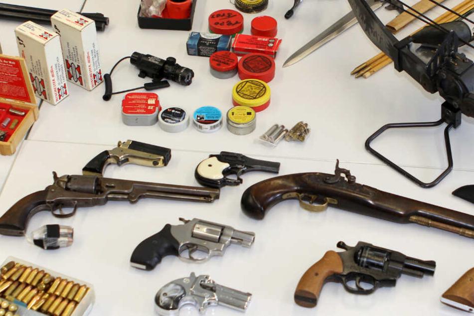 Polizei findet Waffen bei Razzia im Schwarzwald. (Symbolbild)